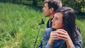 Couplez faire une pause tout en faisant le trekking images stock