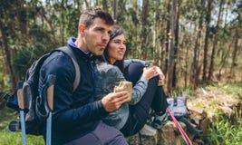 Couplez faire une pause tout en faisant le trekking photos libres de droits