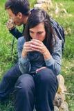 Couplez faire une pause tout en faisant le trekking image stock