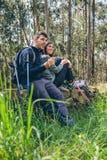 Couplez faire une pause tout en faisant le trekking image libre de droits