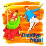 Couplez jouer Dandiya en affiche de Garba Night de disco pour le festival de Navratri Dussehra de l'Inde Images stock