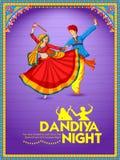Couplez jouer Dandiya en affiche de Garba Night de disco pour le festival de Navratri Dussehra de l'Inde illustration de vecteur