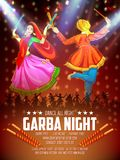 Couplez jouer Dandiya en affiche de Garba Night de disco pour le festival de Navratri Dussehra de l'Inde illustration stock