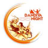 Couplez jouer Dandiya en affiche de Garba Night de disco pour le festival de Navratri Dussehra de l'Inde illustration libre de droits