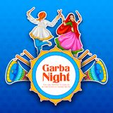 Couplez jouer Dandiya en affiche de Garba Night de disco pour le festival de Navratri Dussehra de l'Inde Image libre de droits