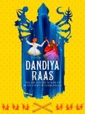 Couplez jouer Dandiya en affiche de Garba Night de disco pour le festival de Navratri Dussehra de l'Inde Photographie stock