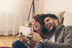 Couplez jouer des jeux photos stock