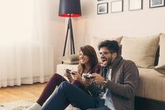 Couplez jouer des jeux et avoir l'amusement photos libres de droits