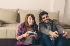 Couplez jouer des jeux et avoir l'amusement image libre de droits