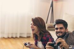 Couplez jouer des jeux vidéo et avoir l'amusement photographie stock libre de droits