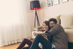 Couplez jouer des jeux vidéo et avoir l'amusement images libres de droits