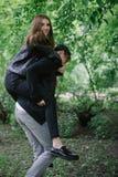 Couplez jouer en parc tout en obtenant un tour de ferroutage Photos libres de droits