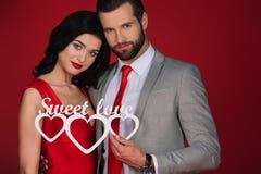 Couplez juger l'amour doux de signe d'isolement sur le rouge Image libre de droits