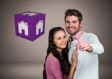 Couplez juger principal avec le cube en icône de maison devant la vignette Photo stock