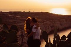 Couplez l'étreinte le soir sur le bord de la mer Photographie stock