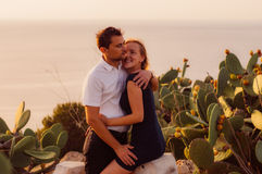 Couplez l'étreinte le soir sur le bord de la mer Photo libre de droits