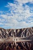 Couplez l'amour en montagnes fabuleuses étreignant près du lac rouge, paysage fabuleux Promenade d'amants en montagnes en été Photo stock