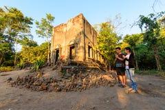 Couplez l'amour marchant pour prient autour du vieux temple de WadSomDed Kao Photo stock