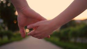 Couplez l'appui en esclavage d'amour de connexion tenant des mains banque de vidéos