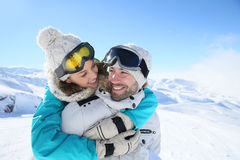 Couplez l'embrassement sur des pentes de ski un jour ensoleillé Image stock