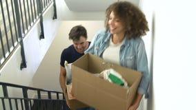 Couplez l'entrée dans la nouvelle boîte de transport à la maison en haut banque de vidéos