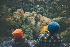 Couplez l'homme et la femme dans l'amour tenant ensemble des mains Image stock