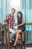 Couplez l'homme et la femme dans la barre avec le bacale Image libre de droits