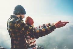 Couplez l'homme et la femme jugeant des mains augmentées ensemble Photos libres de droits