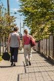 Couplez l'homme et la femme marchant avec des sacs de sport Images libres de droits