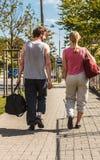Couplez l'homme et la femme marchant avec des sacs de sport Photo stock