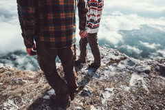 Couplez l'homme et la femme marchant en montagnes tenant des mains Photographie stock libre de droits
