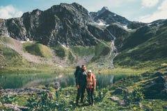 Couplez l'homme et la femme trimardant ensemble aux montagnes aiment et voyagent mode de vie Photo stock