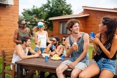 Couplez la bière et la soude potables avec des amis sur la partie extérieure Photo stock