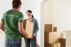 Couplez la boîte en carton de transport dans la maison photos libres de droits