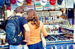 Couplez la boutique pour des souvenirs tandis qu'en vacances Rome Image stock
