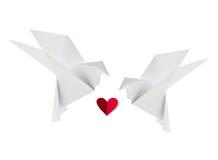 Couplez la colombe aimante blanche de l'origami avec le coeur rouge Photographie stock libre de droits