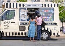 Couplez la crème glacée de achat d'un fourgon de crème glacée  Photos libres de droits