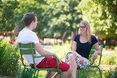 Couplez la détente dans le jardin de Tuileries de Paris Image stock