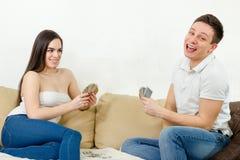 Couplez la détente dans les relations jouant le jeu de carte et apprécier Photographie stock