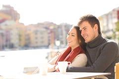 Couplez la détente dans une terrasse d'hôtel en vacances Photo stock