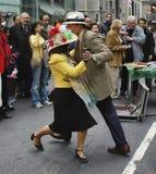 Couplez la danse au défilé de Pâques sur la 5ème avenue à New York Photos libres de droits