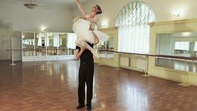 Couplez la danse de ballet, ballerine de transport de jeune homme sur l'épaule banque de vidéos