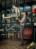 Couplez la danse et sauter dans une salle de café de cru images stock
