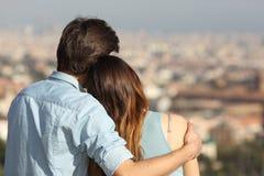 Couplez la datation dans l'amour et étreindre en observant la ville Image stock