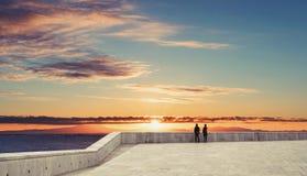 Couplez la datation sous le ciel de coucher du soleil dans le paysage d'été Photo stock