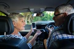 Couplez la discussion au-dessus du téléphone tout en se reposant dans la voiture Images libres de droits