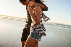 Couplez la flânerie ensemble sur la plage un jour d'été Photos stock