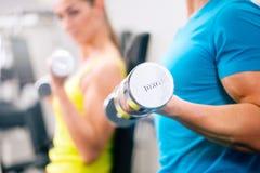 Couplez la formation pour la forme physique dans le gymnase avec des poids Image stock