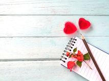 Couplez la gelée rouge de coeur, histoire d'amour de disque de carnet de crayon, jour du ` s de Valentine Photographie stock libre de droits