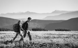 Couplez la hausse dans les belles montagnes le jour ensoleillé chaud photo libre de droits